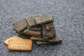 Минискульптура печенью «Днепр» poster image